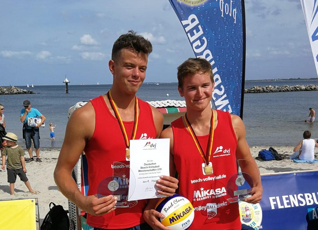 Sebastian Rösler l.) und Lorenz Deutloff sind Deutsche Meister U19 im Beach. Foto: VCD